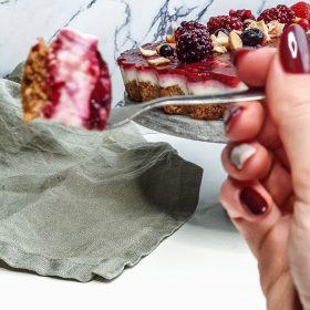 gezonde taart met rood fruit
